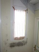 moisissures sur appui de fenêtre béton, dues aux ponts thermiques